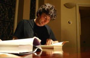 Neil Gaiman signing Anansi Boys - photo by Jutta