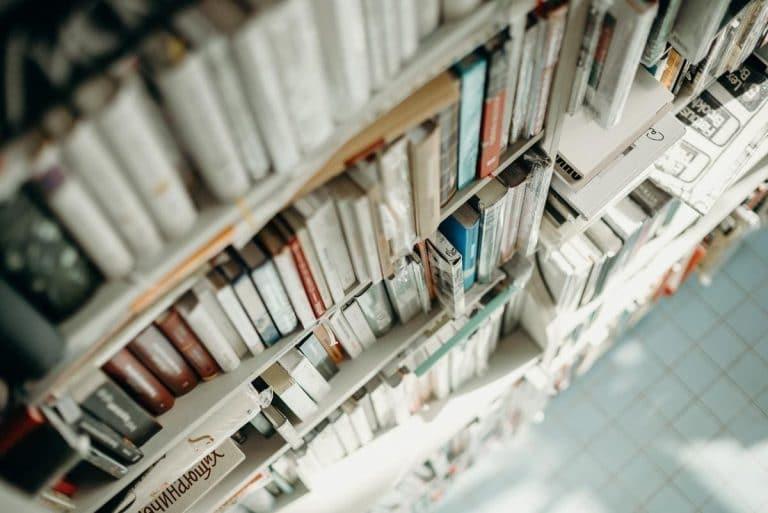 סקירה קצרה  של כמה מהספרים היותר מסקרנים שהגיעו במהלך החודש האחרון אל מדפי חנויות הספרים.